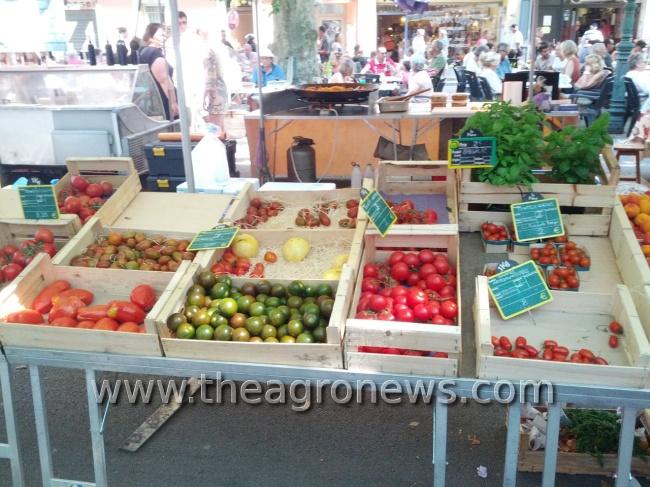 Tomates de verano en un mercado tradicional de la Provenza francesa
