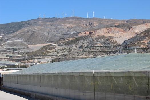 invernaderos y aerogeneradores